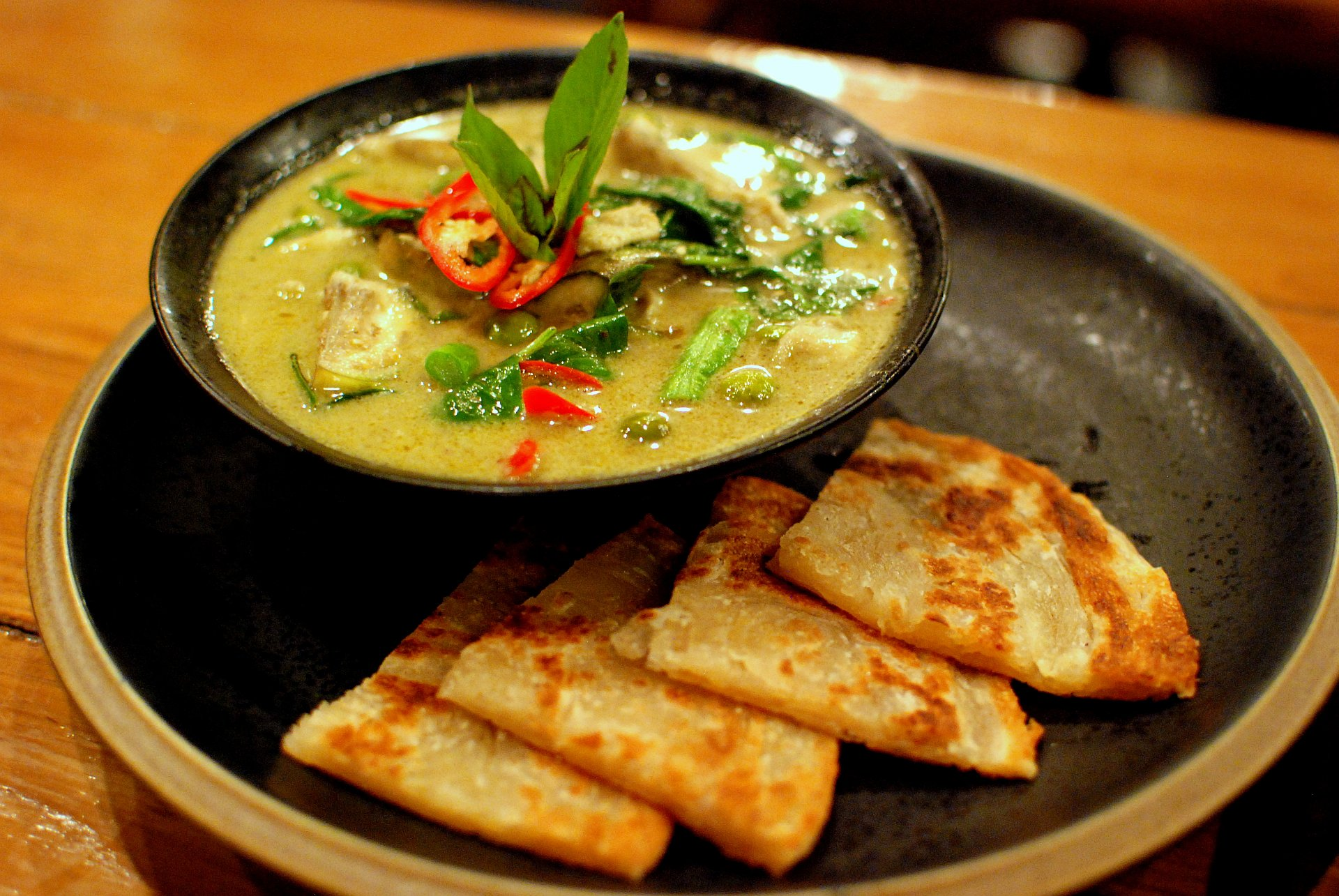 Thai_green_chicken_curry_and_roti-1
