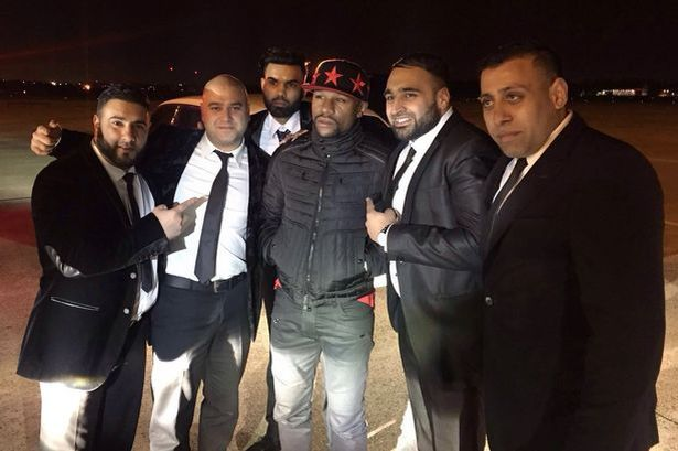 Floyd-Mayweather-Jr-with-his-drivers-at-Birmingham-Airport